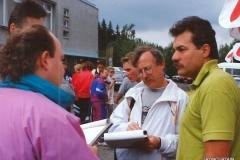 IC TT 1993 čekání na závodníky v cili před hotelem Churáňov